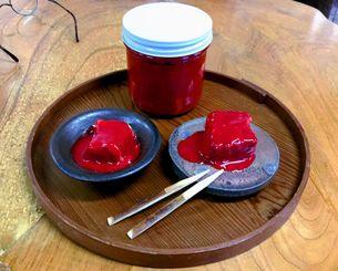 朝義さん制作の器に入れたよう子さんの豆腐ようは、紅こうじの赤みも鮮やか。価格は5〜6粒入りで2700円(税込み、送料別途)。