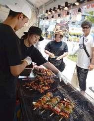 20店舗が自慢の肉料理を販売する肉フェスタ=28日、沖縄セルラースタジアム那覇の正門広場