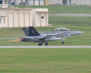嘉手納基地を離陸する米海兵隊岩国配備のFA18戦闘機=24日午後5時18分(大城志織撮影)