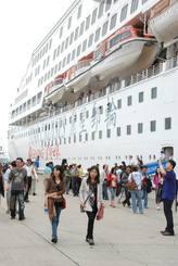 石垣に寄港したスタークルーズ社の大型クルーズ船=2012年4月