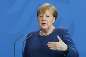 6日、ベルリンで記者会見するドイツのメルケル首相(ゲッティ=共同)