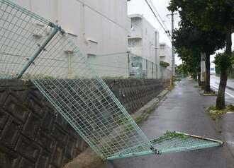 暴風で壊れたフェンス=9日、宮古島市下地川満