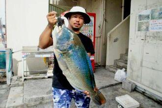宜野湾マリーナで81センチ、9.62キロのマクブを釣った荒石会の新里鷹士さん=6日