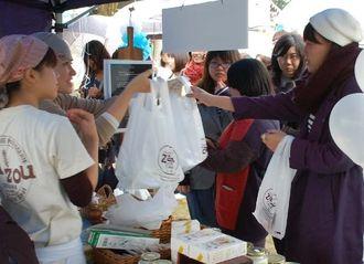 雨天にもかかわらず、多くの来場者でにぎわった朝食イベント「ゲート通りで朝食を」=27日、沖縄市・上地都市緑地