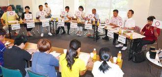 若者たちとの座談会でアンケートに答える県内政党の代表者=3日午後、那覇市久茂地・タイムスギャラリー