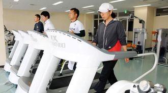 ランニングマシンなどを備えたトレーニング室=豊見城市豊崎・市民体育館