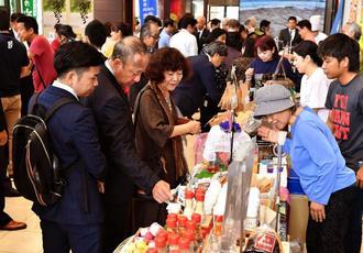久米島の特産品を求め、多くの来場客がつめかけた=7日、那覇市久茂地・タイムスビル
