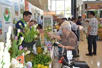 新鮮な野菜や果物を買い求める客でにぎわう同フェア=4日、那覇市・タイムスビル