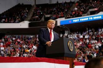 14日、米南部ルイジアナ州ボージャーシティーでの支持者集会で演説するトランプ大統領(ロイター=共同)