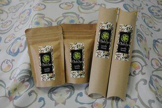 「ChulaSya ishigaki vanilla」のバニラビーンズ(写真右、1本入り、1800円)とバニラシュガー(100グラム、800円)