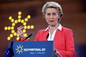 記者会見するフォンデアライエン欧州連合(EU)欧州委員長=8日、ポルトガル・ポルト(AP=共同)