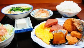 魚のフライや卵焼き、うどんなどの日替わり定食「ミックスセット」