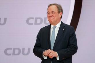 16日、ドイツのキリスト教民主同盟(CDU)党首に選出され、演壇に立つラシェット氏=ベルリン(AP=共同)