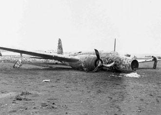 北(読谷)飛行場に胴体着陸した義烈空挺隊の97式重爆撃機=1945年5月24日
