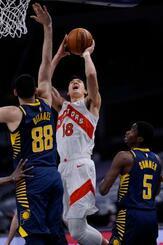NBAのペーサーズ戦でシュートを放つラプターズの渡辺雄太=25日、インディアナポリス(NBAE提供・ゲッティ=共同)