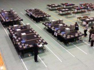開票所には、投票箱が続々と集まってきている=宜野湾市民体育館、午後8時半ごろ