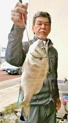 東浜海岸で40・3センチ、1・01キロのミナミクロダイを釣った新城英樹さん=12月31日