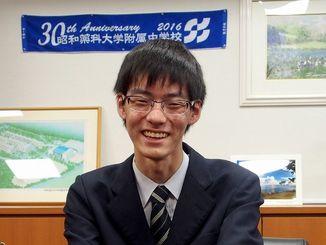 東大の推薦入試に合格した下村光彦さん=浦添市・昭和薬科大学付属高校