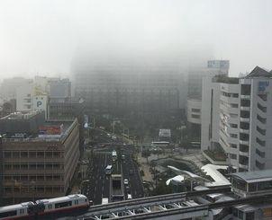 沖縄県庁上部も霧に覆われた=4日午前8時30分、那覇市久茂地