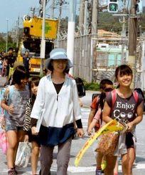 国道58号線沿いに浜、半地方面へ下校する子どもたち=国頭村