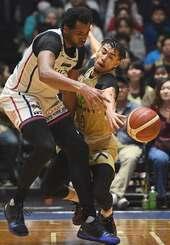 キングス-横浜 第4Q、ドリブルで攻める相手からボールをスチールするキングスの並里成(右)=沖縄市体育館(国吉聡志撮影)