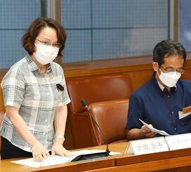 専門家会議の冒頭であいさつする大城玲子保健医療部長(左)=17日、県庁