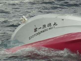 転覆した「第一漁徳丸」=21日、第11管区海上保安本部提供