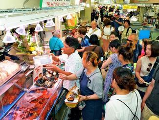 開店と同時に多くの買い物客が詰め掛けた仮設市場=1日午前、那覇市