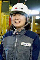 女性としてJTAで初めて一等航空整備士の資格を取得した上林槙氏=24日、同社メンテナンスセンター