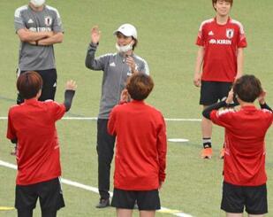 選手に声をかけるサッカー女子日本代表の高倉監督=福島県のJヴィレッジ
