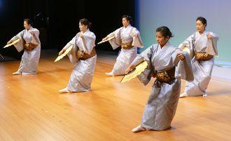 リハーサルで「秋の踊り」を舞う無憂華の会のメンバー=11日、那覇市・タイムスホール