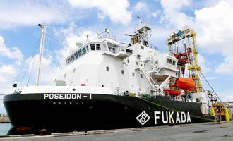 那覇新港に入港した大型掘削船「ポセイドン1」=20日午前11時10分