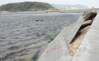 台風19号の高潮で壊れた久米島漁業協同組合の車エビ養殖場の生けす=13日午前、町宇根
