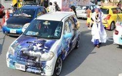 ゲームのキャラクターなどで装飾した「痛車」がずらり