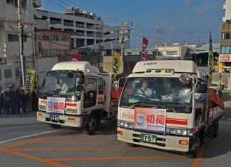 職員に見送られ、初荷のビールを載せたトラックが本社を出発する=3日午前9時半ごろ、浦添市城間・オリオンビール本社