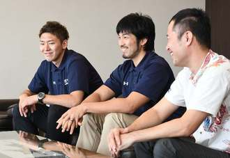 今シーズンとチャンピオンシップの結果報告をするキングスの(左から)田代直希、金城茂之ら=那覇市久茂地・沖縄タイムス社