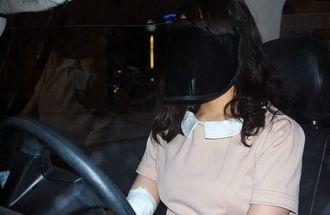 顔まで覆うサンバイザーをかぶって運転する女性。「今後、UV対策をどうすればいいのか」と困惑する=那覇市内