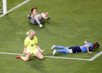 日本―スウェーデン 後半、勝ち越しゴールを決め、喜ぶスウェーデンのブラクステニウス(手前左)。GK山下=埼玉スタジアム