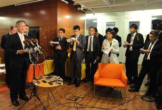 米議会議員との会談後、報道陣の質問に答える翁長雄志知事=16日午後7時すぎ、県ワシントン事務所