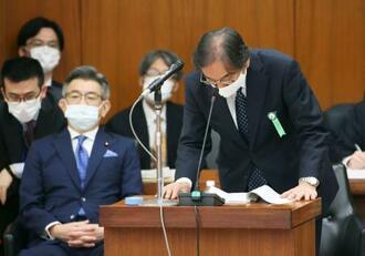 衆院総務委で謝罪するフジ・メディアHDの金光修社長。左は武田総務相=13日午前