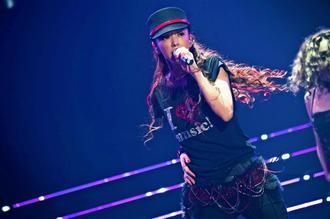 引退前夜に行われた最後のライブで熱唱する安室奈美恵さん=15日、沖縄県宜野湾市
