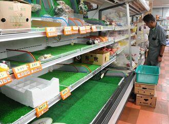 台風6号の影響で生鮮食品などが品薄になったスーパー=24日午後、久米島町仲泊(比嘉正明通信員撮影)