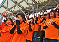 さあ甲子園! 興南応援団、父母ら感涙 攻勢に歓声