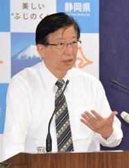 静岡県庁で記者会見する川勝平太知事=19日午後