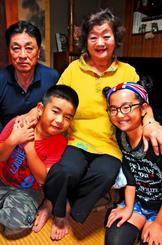 祖父母と話したいとしまくとぅばを学んだ(前列右から)平敷瑠心美さん・瑠風君と、祖父母の(後列右から)田仲貴美子さん・康乗さん=那覇市寄宮