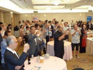 泡盛やオリオンビールで乾杯し20周年の節目を祝った沖縄ファンクラブの会員ら=16日、東京都千代田区平河町・ルポール麹町