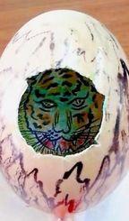 卵の中から、こちらに向かってにらみを利かせる虎