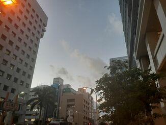 那覇市の上空=26日午後5時40分ごろ