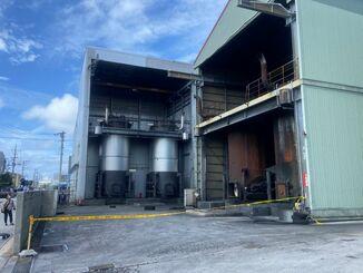 爆発のあったクリーニング工場=13日午前10時55分ごろ、糸満市西崎
