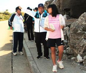 北大東島燐鉱山遺跡の貯蔵庫跡を通るウォーキング参加者=北大東村港
